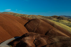 被绘的小山的风景与边路的 库存图片