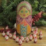 被绘的木matrioshka玩偶和圣诞老人条目从雕塑黏土 库存照片