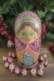 被绘的木matrioshka玩偶和圣诞老人条目从雕塑黏土 免版税库存图片