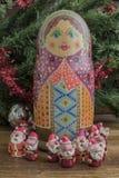 被绘的木matrioshka玩偶和圣诞老人条目从雕塑黏土 免版税库存照片