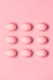 被绘的桃红色鸡蛋行顶视图复活节的 免版税库存图片