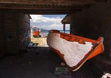 被绘的橙色小船 免版税库存照片
