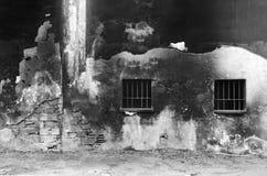 被绘的老被风化的墙壁背景 铁禁止的窗口 库存照片