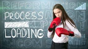 被绘的背景的秀丽女实业家与营销词 广告、投资和经营计划概念 免版税库存照片