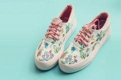 被绘的花卉帆布鞋 免版税图库摄影