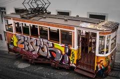 被绘的葡萄酒电车轨道在里斯本,葡萄牙 库存图片