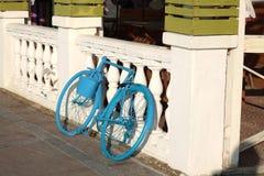 被绘的蓝色自行车 免版税库存图片