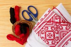 被绣的衣物和缝合的供应 免版税库存照片