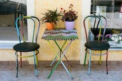 被绘的表和两把椅子 免版税库存图片