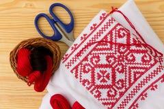 被绣的衬衣和缝合的供应 免版税库存照片