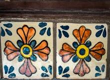 被绘的陶瓷瓦片蓝色和橙色 免版税库存图片