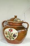 被绘的陶瓷罐 免版税库存照片