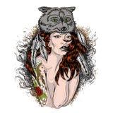 被绘的面孔、美国本地人妇女有战争面具的和狼皮肤 破裂的油漆 有鹿头骨la的职员零件的年轻僧人女孩 库存照片