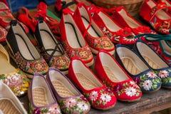 被绣的鞋子云南大理市在龙失去作用 图库摄影