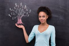 被绘的年轻美国黑人的妇女和美元树 库存图片
