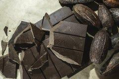 被击碎的巧克力块 免版税库存图片