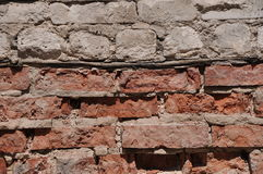 被击碎的白色和红砖墙壁 库存照片