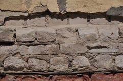 被击碎的砖墙 库存照片