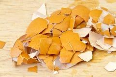 被击碎的蛋壳在木地板上打碎了 库存图片