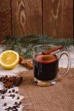 被仔细考虑的酒、拳打和香料glintwine的在木背景 图库摄影