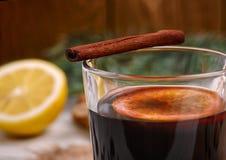 被仔细考虑的酒、拳打和香料glintwine的在木背景 库存图片