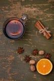 被仔细考虑的酒、拳打和香料glintwine的在木背景 免版税库存图片