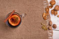 被仔细考虑的酒、拳打和香料glintwine的在木背景 免版税图库摄影