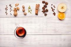 被仔细考虑的酒、拳打和香料glintwine的在木背景 库存照片