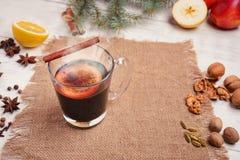 被仔细考虑的酒、拳打和香料glintwine的在木背景 免版税库存照片