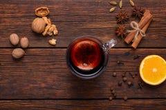 被仔细考虑的酒、拳打和香料glintwine的在葡萄酒木桌背景顶视图 免版税库存图片