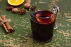被仔细考虑的酒、拳打和香料glintwine的在葡萄酒木背景 库存照片