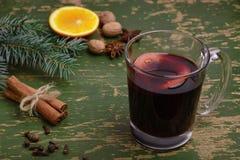 被仔细考虑的酒、拳打和香料glintwine的在葡萄酒木背景 库存图片