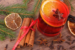 被仔细考虑的酒为圣诞节或冬天晚上用香料和云杉的分支 图库摄影