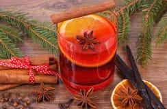 被仔细考虑的酒为圣诞节或冬天晚上用香料和云杉的分支 库存照片