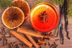 被仔细考虑的酒为圣诞节或冬天晚上用香料和云杉的分支 免版税库存照片