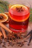 被仔细考虑的酒为圣诞节或冬天晚上用香料和云杉的分支 库存图片