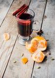 被仔细考虑的酒和香料在木背景 免版税库存照片