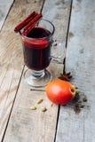 被仔细考虑的酒和香料在木背景 免版税图库摄影