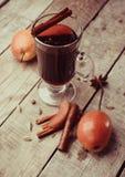 被仔细考虑的酒和香料在木背景 图库摄影