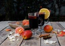 被仔细考虑的酒和香料在木背景 免版税库存图片