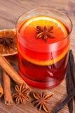 被仔细考虑的酒在冬天晚上用新鲜的芬芳香料 图库摄影
