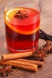 被仔细考虑的酒在冬天晚上用新鲜的芬芳香料 免版税图库摄影