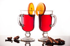 被仔细考虑的酒在白色的两块玻璃中 图库摄影