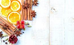被仔细考虑的酒的香料在白色木背景 背景圣诞节新年度 免版税库存图片