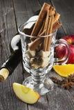 被仔细考虑的酒的-酒,桂香,康乃馨,苹果成份, 库存照片