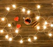 被仔细考虑的酒顶视图用香料,以心脏的形式蜡烛,肉桂条,在一张木桌上的八角 la诗歌选  图库摄影
