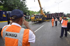 被翻转的卡车运载数十汽车竞赛 免版税库存照片