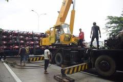 被翻转的卡车运载数十汽车竞赛 免版税库存图片