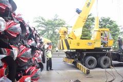 被翻转的卡车运载数十汽车竞赛 免版税图库摄影