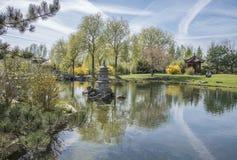 被索还的月亮的中国庭院 有石laterne的湖 库存图片